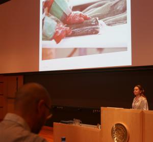 Ageeva er ansatt i Nofima som doktorgradsstipendiat, og hovedmål med hennes doktorgradsarbeid, er å få mer kunnskap om hvordan kvalitet på råstoff av levendelagret torsk endrer seg. Foto: Wilhelm Solheim/Nofima